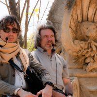 Carlos Mesa, nuestro guía, junto a un antiguo símbolo masón en el Parc de la Ciutadella
