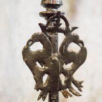 Águila de dos cabezas coronada, símbolo del Rito Escocés Antiguo y Aceptado, en el altar