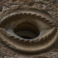 El ojo que todo lo ve, junto a la plaza más pequeña de Europa