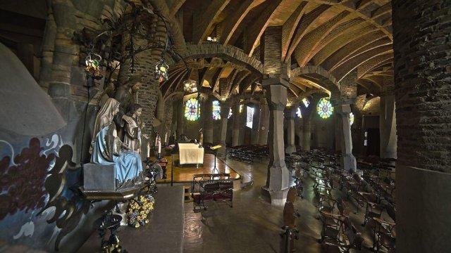 Ruta Cripta Güell enigmática y la misteriosa Torre Salvana